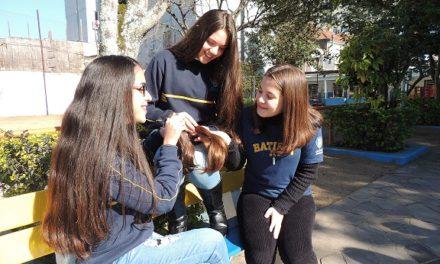 Mechas de cabelos arrecadados no Colégio Batista de Porto Alegre serão entregues no Hospital da Criança Santo Antônio