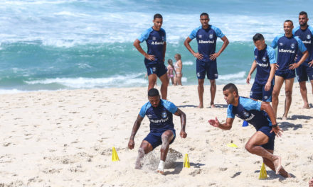 Grêmio treina na praia no Rio de Janeiro
