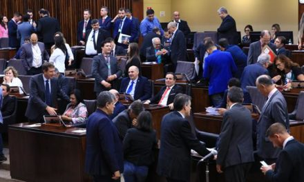 Assembleia aprova fim da licença-prêmio e mudanças no plano de carreira