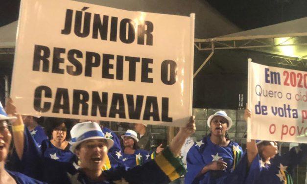 Desfile das escolas de samba tem protestos contra o prefeito Marchezan