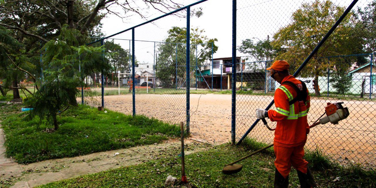 Equipes da prefeitura realizam serviços em 17 praças nesta quarta-feira em Porto Alegre